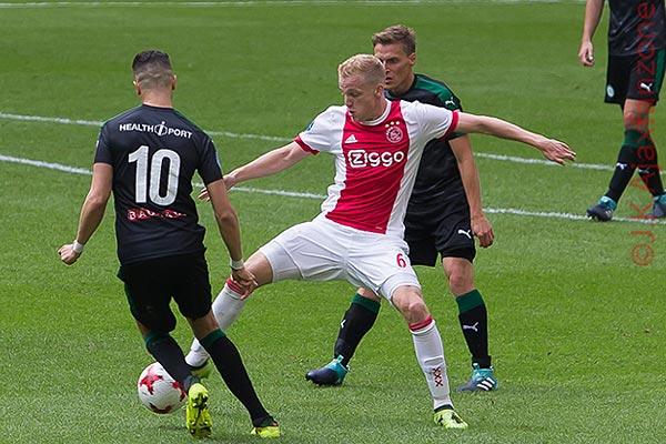 Ajax in onderhandeling met Van de Beek