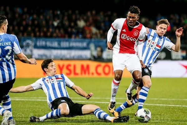 Jong Ajax periodekampioen na 2-3 winst op FC Eindhoven