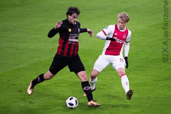 Ten Hag geeft Dolberg basisplaats met oog op WK: 'In belang van Ajax dat hij goed speelt'