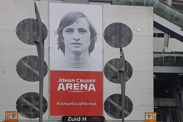 Collecte bij Ajax - AZ voor standbeeld Johan Cruijff
