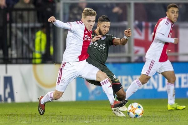 Jong Ajax verslaat koploper Sparta met 2-0