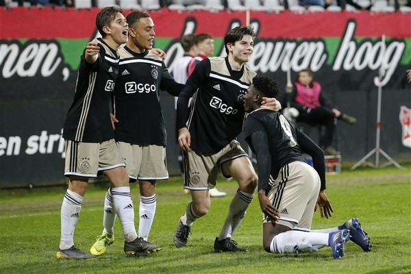 Jong Ajax pakt in slotfase drie punten in Nijmegen