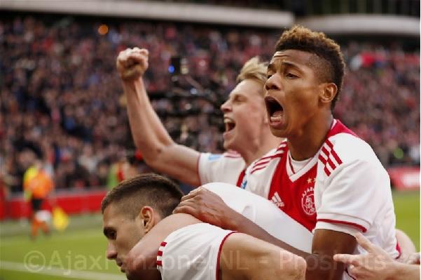 Strijdend Ajax wint van psv en houdt zicht op kampioenschap (Incl. foto's)