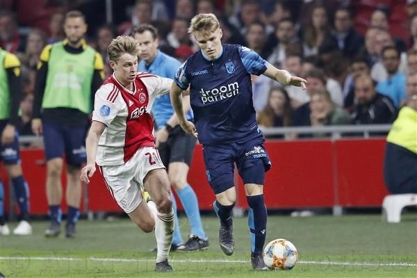 Ødegaard gespot in Johan Cruijff Arena en voert gesprek met Overmars