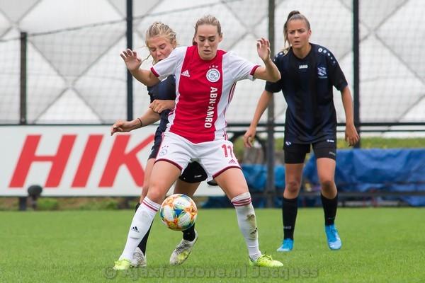 Van den Bighelaar schiet Ajax Vrouwen met hattrick langs PEC Zwolle