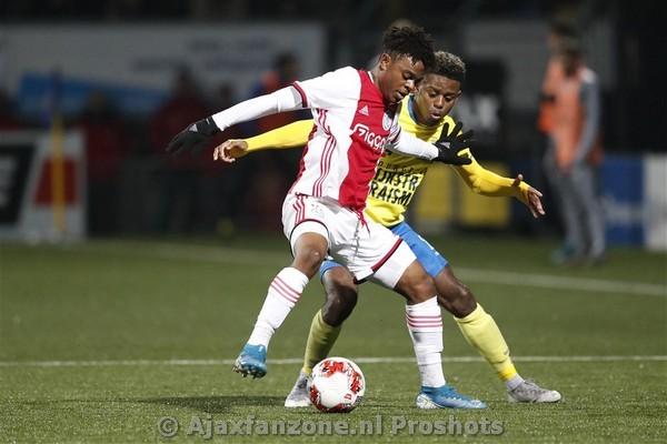 Jong Ajax klopt koploper Cambuur met 0-2
