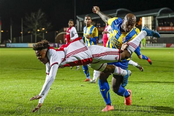 Jong Ajax wint met 2-0 van Top Oss