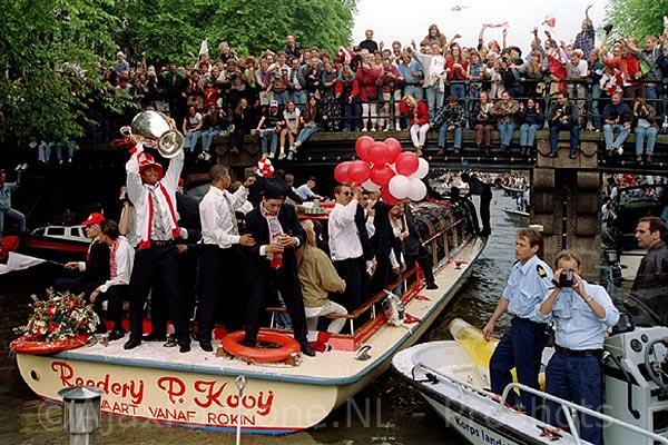 Vandaag exact 25 jaar geleden: de huldiging van Ajax op Museumplein en op de grachten