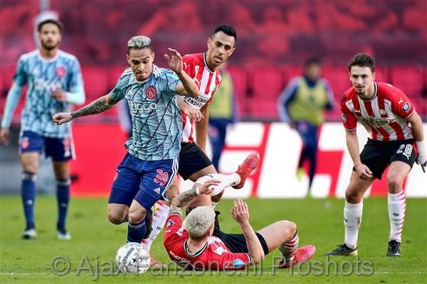 Ajax ontsnapt en komt in slotfase naast PSV: 1-1