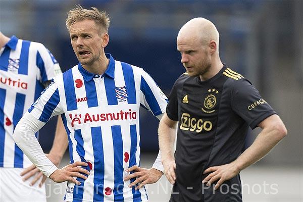 Ajax heeft het lastig maar wint ook in Heerenveen: 1-2