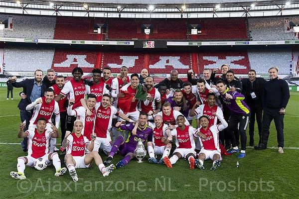 Video: Ajax-spelers sluiten bekerwinst in stijl af: toeterende rij met auto's bij de Arena