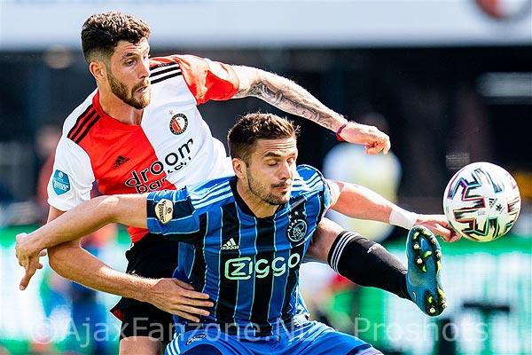 Ajax presenteerde tegen Feyenoord het nieuwe, blauw-zwart gestreepte uitshirt!