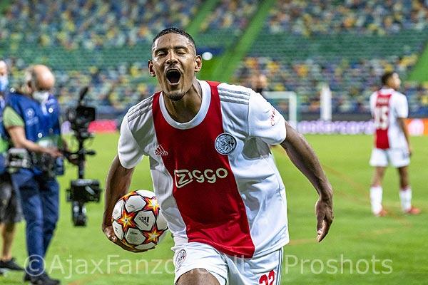 Ajax schiet uit startblokken tegen Sporting in Champions League; Haller scoort vier(!) goals